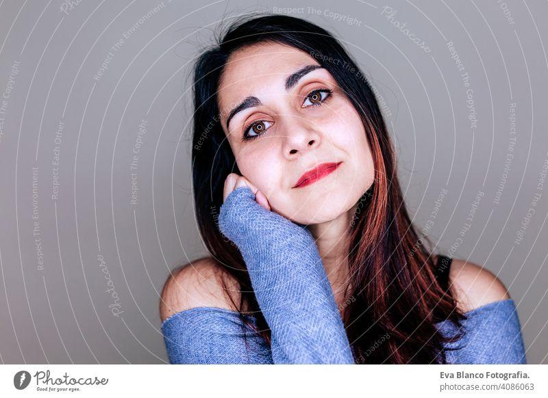 Porträt im Innenbereich einer jungen schönen Frau mit geführter Ringreflexion in ihren Augen. stylisch Stil Make-up Atelier blitzen Hintergrund Mode LED-Lampe