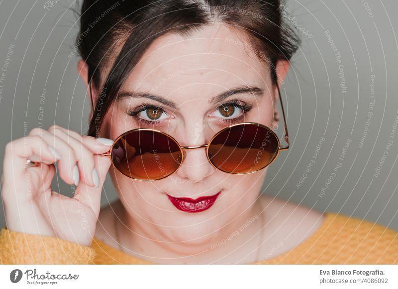 junge Frau Nahaufnahme Porträt mit Sonnenbrille lächelnd. führte Ring Reflexion in den Augen. Real Frau Konzept Mode Glamour Mund Kaukasier Make-up Weiblichkeit