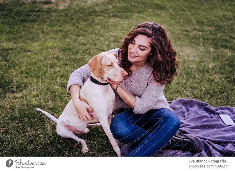 junge Frau nimmt ein Selfie mit Handy mit ihrem Hund im Park. Herbstsaison Porträt im Freien Liebe Haustier Besitzer sonnig schön Glück Lächeln gemischte Rasse