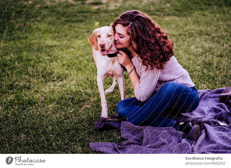 junge frau mit ihrem hund im park. sie umarmt den hund. herbstzeit Porträt Frau Hund Park im Freien Liebe Haustier Besitzer sonnig schön Glück Lächeln