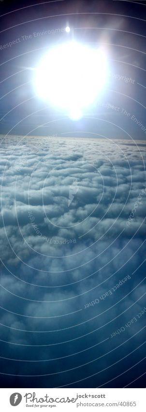 Wie im Flug Ferne Sonne Wolken Wetter Luftverkehr beobachten fliegen dunkel frisch hell natürlich blau Zufriedenheit Hoffnung Inspiration Optimismus Pause