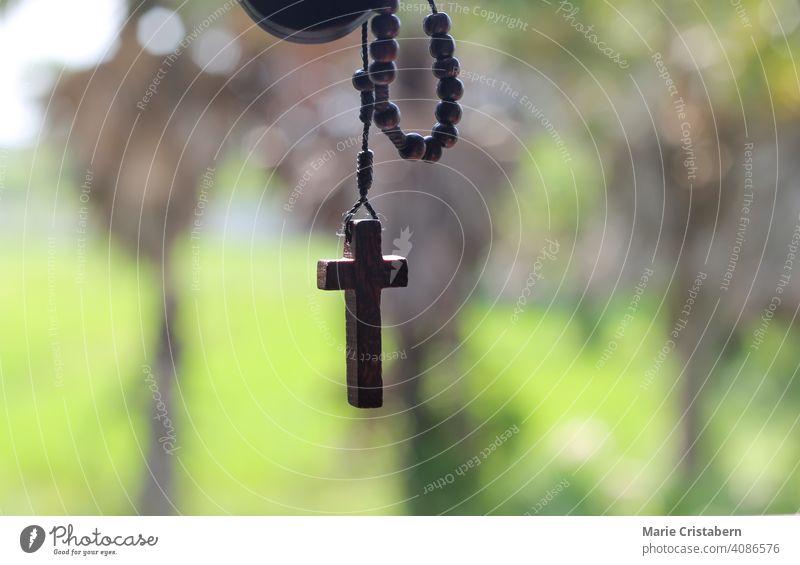 Hölzernes Rosenkranzkreuz als Symbol für das Christentum und die Fastenzeit religiöse Feier geistig Konzept christliche Rosenkranzperlen Liebe Anbetung