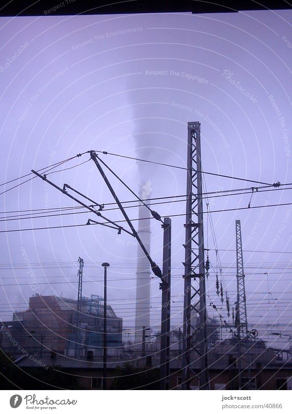 Qualm Industrie Himmel Klima schlechtes Wetter Nebel Regen Eis Frost Lichtenberg Industrieanlage Schornstein S-Bahn Stromdraht Rauch dreckig dunkel hässlich