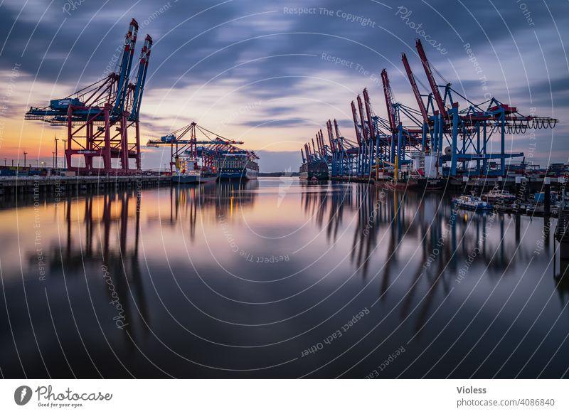 Nachts in Hamburg - Burchardkai II Spiegelung Wolken löschen entladen Schifffahrt dunkel beladen Containerschiff Krahn Langzeitbelichtung Lichter Terminal Hafen