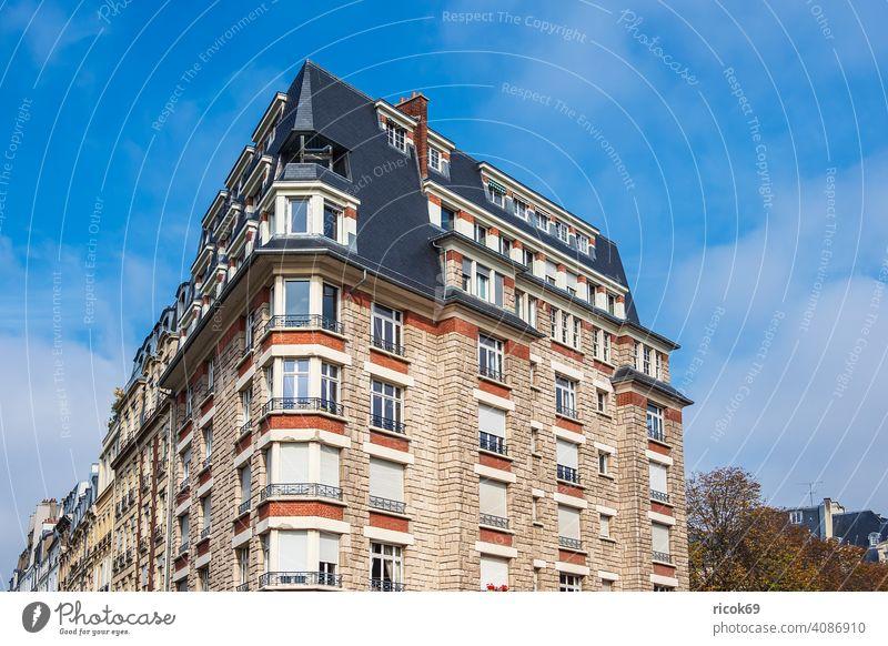 Blick auf historische Gebäude in Paris, Frankreich Architektur Stadt Sehenswürdigkeit Reise Urlaub Reiseziel alt Himmel Wolken blau Haus Dach Fassade Häuser