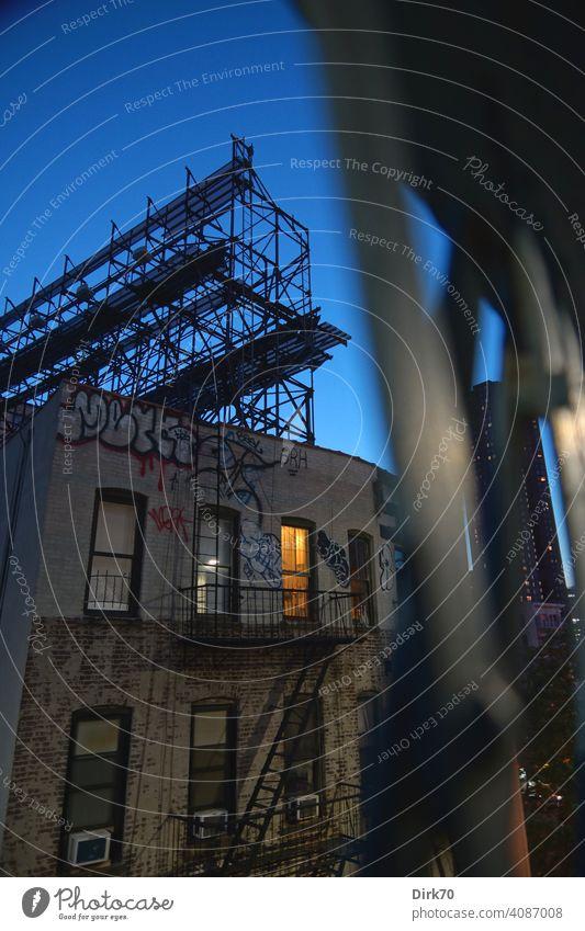 Backstreets in Chinatown - Heruntergekommenes Wohnhaus in New York mit Licht in einem Fenster in Haus New York City Manhattan Manhattan Bridge Gerüst Baugerüst