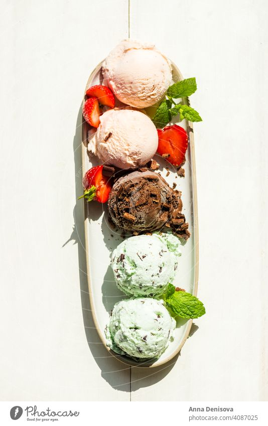 Auswahl an verschiedenen Eiskugeln wie Minze, Schokolade und Erdbeere Speiseeis Baggerlöffel Erdbeeren Minz-Schoko-Chip Vanille Stieleis Lollys Beeren