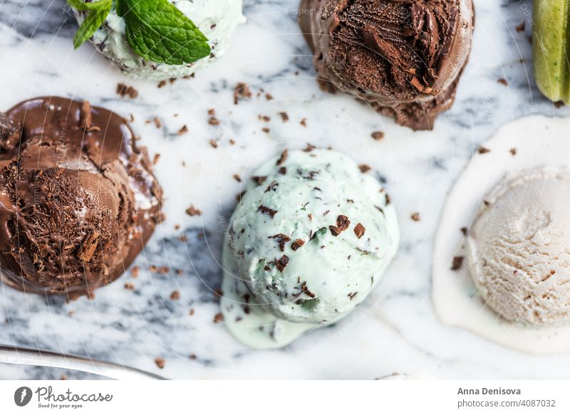 Auswahl an verschiedenen Eiskugeln Speiseeis Baggerlöffel Erdbeeren Schokolade Minz-Schoko-Chip Vanille Stieleis Lollys Beeren Lebensmittel Dessert gefroren