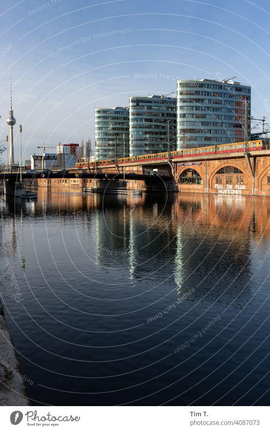 Berlin Friedrichshain an der Spree mit Fernsehturm River Jannowitzbrücke Berliner Fernsehturm Hauptstadt Stadt S-Bahn Architektur Himmel Großstadt Außenaufnahme