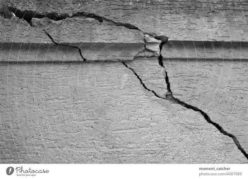 Starke Risse in einer Mauer in schwarzweiß risse Spalte bröckeln bröckelt bröckelnde Fassade bröckelnder putz Putz knacks Strukturen & Formen struktur