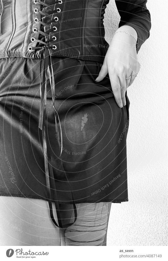 Korsage Netzstrümpfe Sex schwarz löchrig abgenutzt geschnürt Taille Prostituierte Kontrast feminin Bordell Rock Schwarzweissfoto Puff Erotik Rotlichtviertel