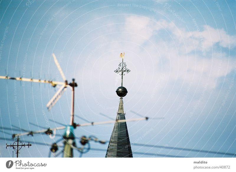 Kirchturmspitze Himmel Wolken Religion & Glaube Antenne Gotteshäuser Kirchturm
