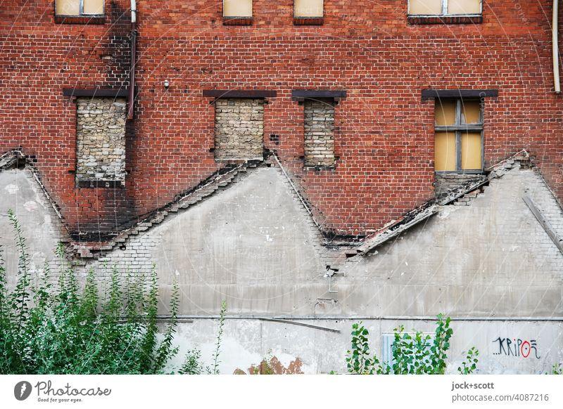 verlorenes Dach und nutzlose Fenster Strukturen & Formen Architektur Symmetrie Fassade Endzeitstimmung Zahn der Zeit verfallen lost places Silhouette Ruine alt