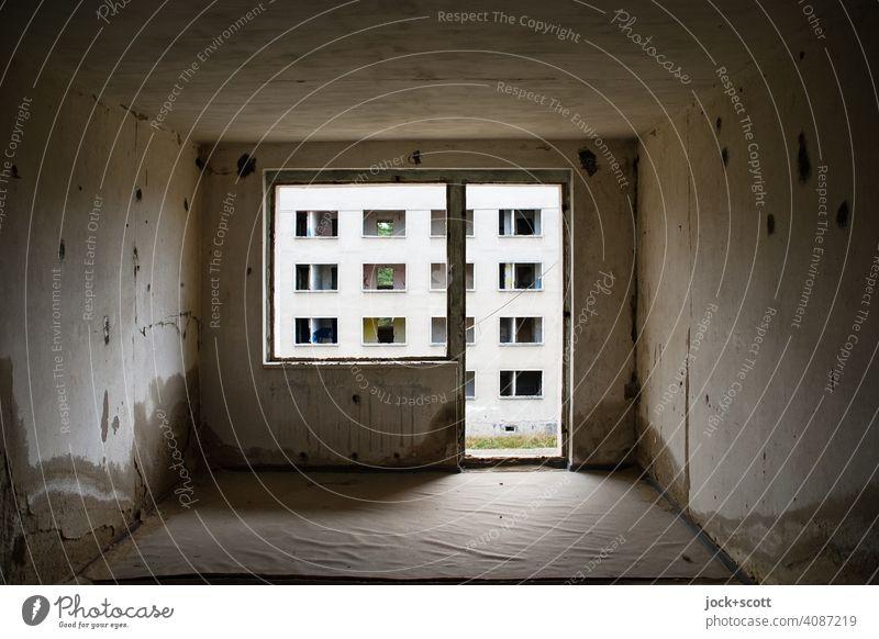 verlorener Raum in einem Plattenbau Wand Leerstand Strukturen & Formen Hintergrund neutral Endzeitstimmung Architektur lost places Symmetrie Zahn der Zeit Ruine