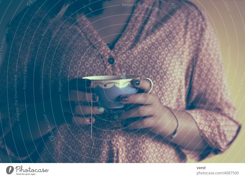 Teetasse, Mädchen Tasse Kindheit einfache Lebensmittel reales Leben eine Person menschliche Hand im Innenbereich in den Händen haltend Tasse in den Händen