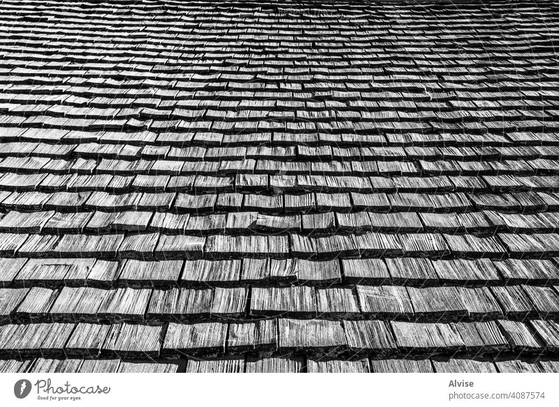 Dach mit Lärchenziegeln Holz natürlich Textur Oberfläche Muster hölzern Hintergrund Material braun Stock Panel Nutzholz Schiffsplanken Design texturiert Haus