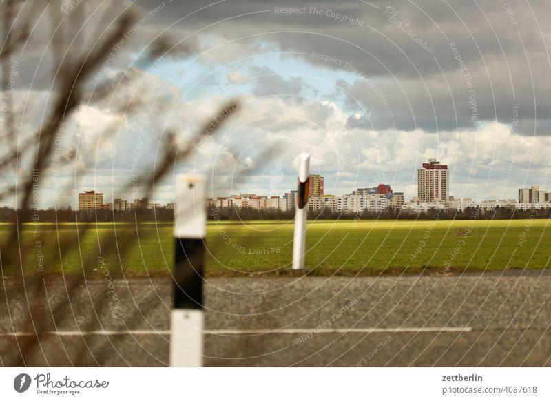Marienfelde ausflug berlin block blockbauweise ferne großsiedlung großstadt haus horizont landwirtschaft mehrfamilienhaus metropole skyline stadtrand weide