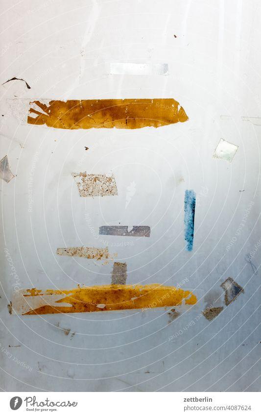 Poetische Aufkleberreste auf einer Milchglasscheibe aufkleber klebeband milchglas milchig rückstand transparent trüb durchblick