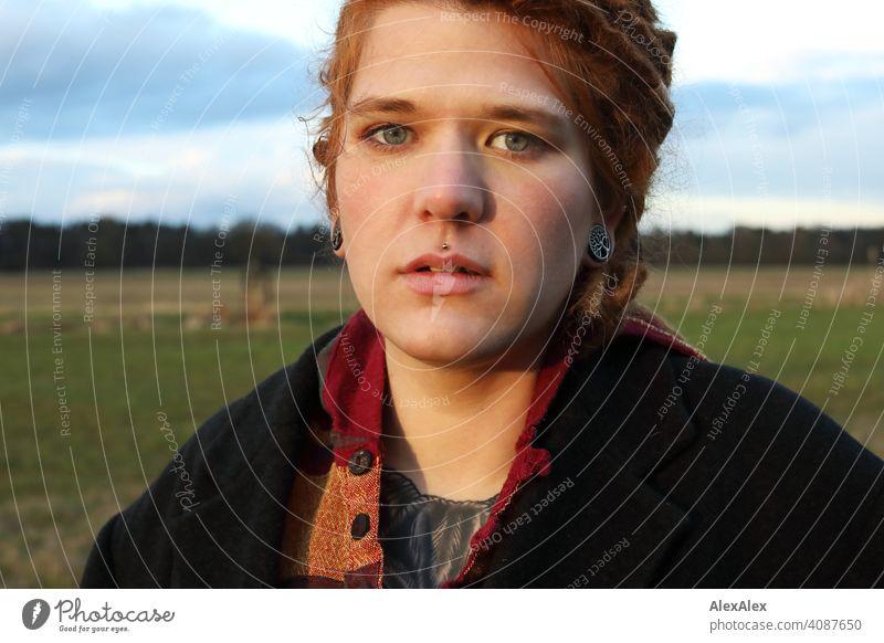 Junge Frau mit Dreadlocks in der Abendsonne auf einer Weide Rastalocken Identität natürlich Porträt rothaarig ästhetisch Erwachsene Jugendliche authentisch