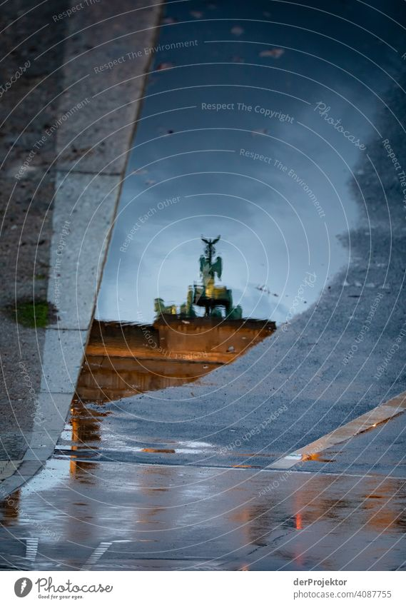 Brandenburger Tor in der Reflektion einer Pfütze V Zentralperspektive Reflexion & Spiegelung Schatten Textfreiraum oben Dämmerung Kunstlicht Licht