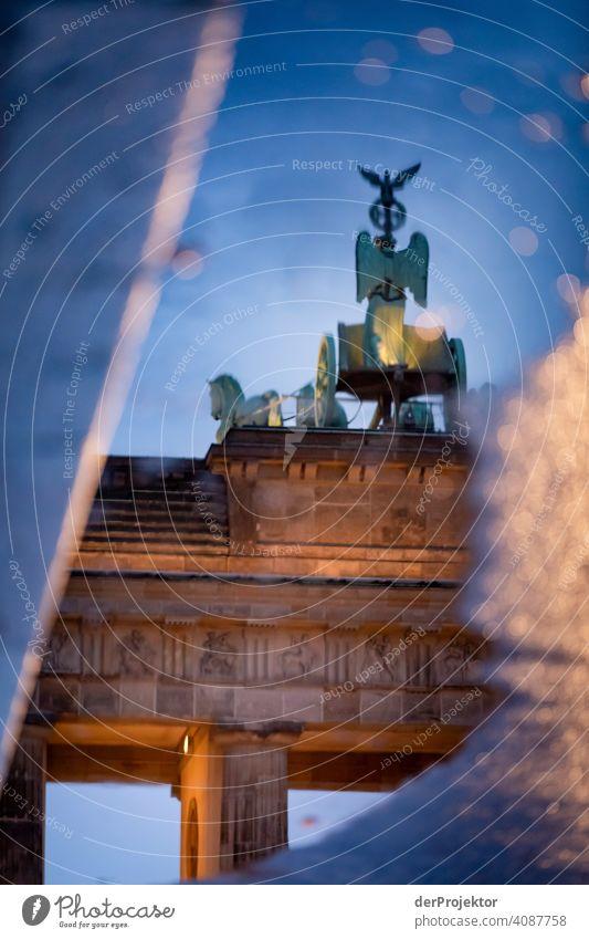 Brandenburger Tor in der Reflektion einer Pfütze VIII Zentralperspektive Reflexion & Spiegelung Schatten Textfreiraum oben Dämmerung Kunstlicht Licht