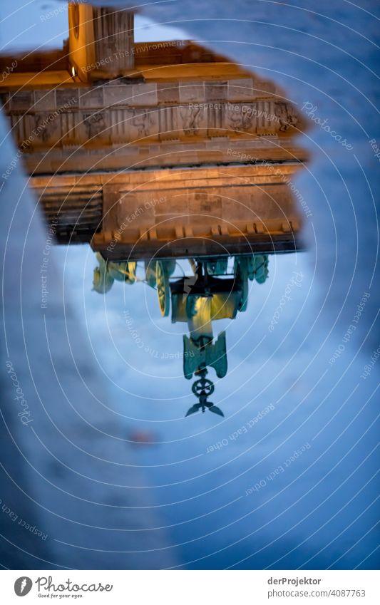 Brandenburger Tor in der Reflektion einer Pfütze VI Zentralperspektive Reflexion & Spiegelung Schatten Textfreiraum oben Dämmerung Kunstlicht Licht