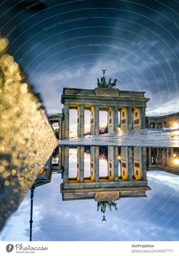 Brandenburger Tor in der Reflektion einer Pfütze IV Zentralperspektive Reflexion & Spiegelung Schatten Textfreiraum oben Dämmerung Kunstlicht Licht