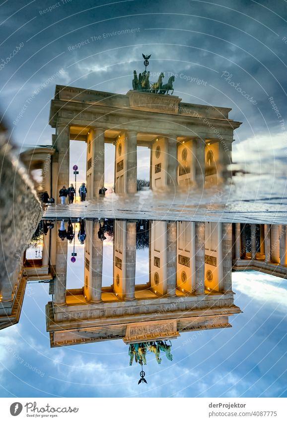 Brandenburger Tor in der Reflektion einer Pfütze I Zentralperspektive Reflexion & Spiegelung Schatten Textfreiraum oben Dämmerung Kunstlicht Licht