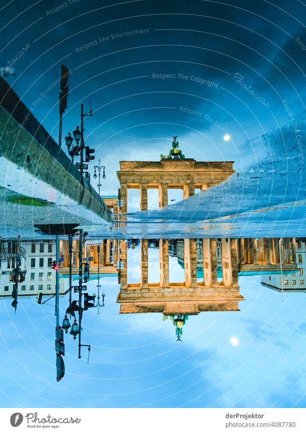 Brandenburger Tor in der Reflektion einer Pfütze II Zentralperspektive Reflexion & Spiegelung Schatten Textfreiraum oben Dämmerung Kunstlicht Licht