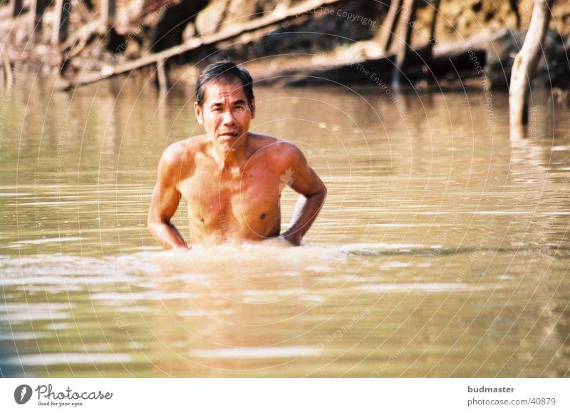mekongman Mann Wasser dreckig Sauberkeit Badewanne Waschen Seife Körperpflege Vietnam Mekong