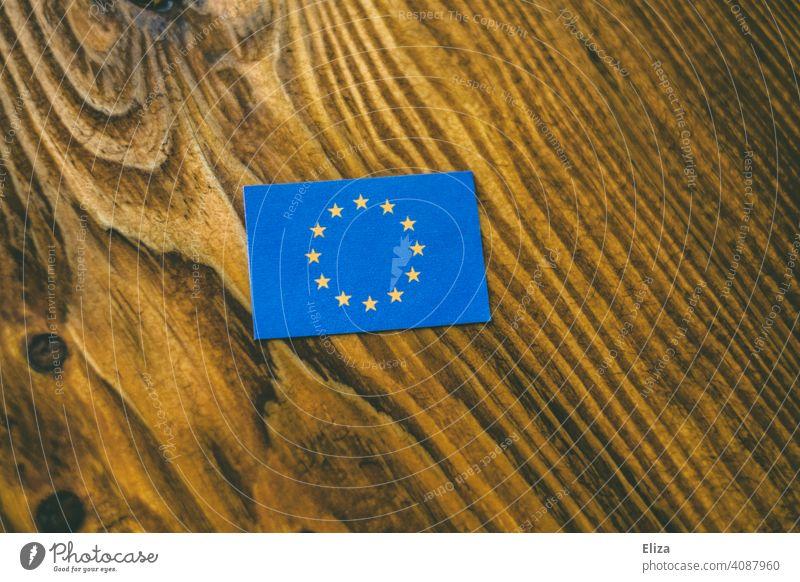 Flagge der Europäischen Union auf Holz Europa europäisch Europaflagge EU Fahne Europäische Union Europafahne Symbol Gemeinschaft blau Sterne Politik & Staat