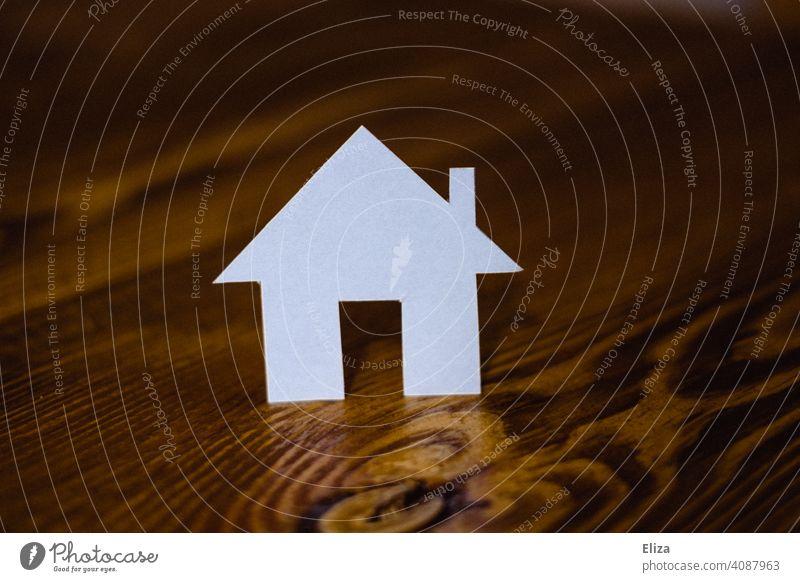 Haus aus Papier. Eigenheim und Hausbau. Zuhause Traumhaus Holz Haus bauen häuslich Immobilie immobilien Gebäude wohnen zuhause Hand planen Immobilienmarkt