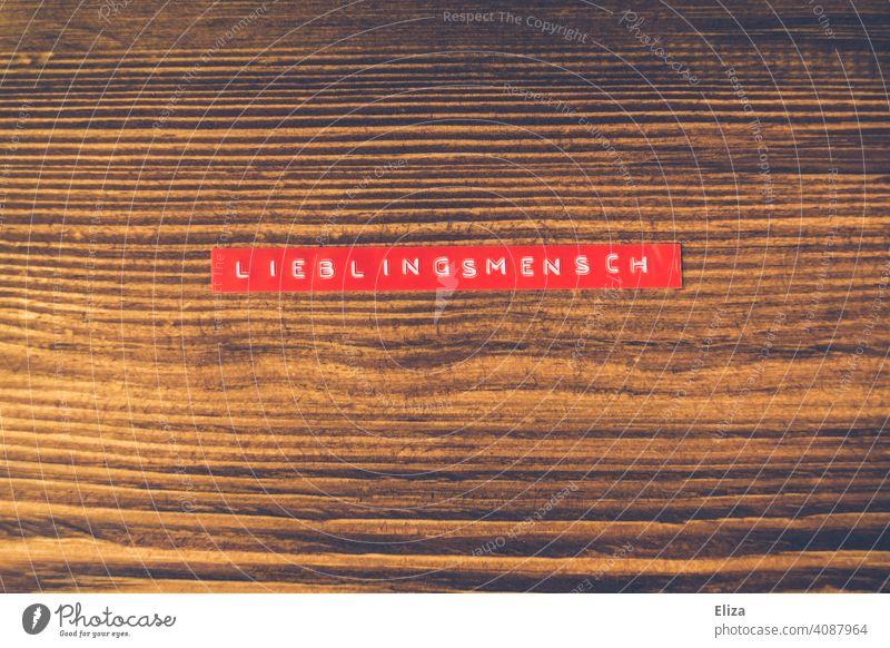 Lieblingsmensch geschrieben Holz Liebe verliebt Freundschaft Zuenigung Liebesbekundung Wort Gefühle Partnerschaft rot Etikett Beziehung Liebesbeziehung