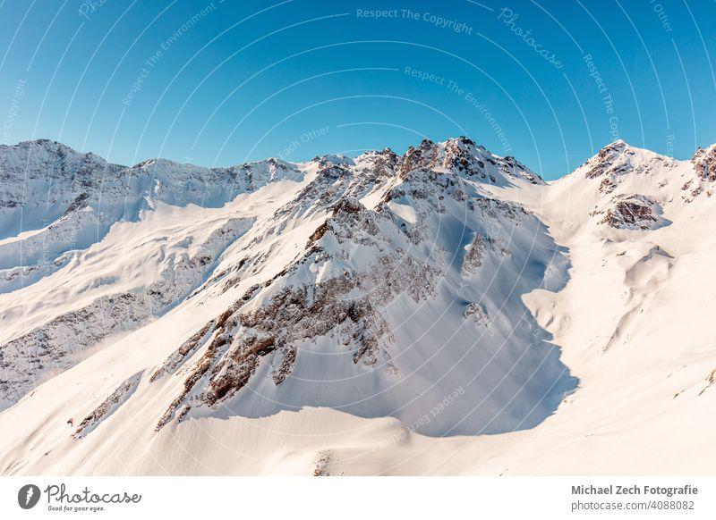 Wunderschöne Aussicht auf die schneebedeckten Schweizer Alpen und den blauen Himmel vom Pizolberg Panorama pizol Berge See Berge u. Gebirge wandern