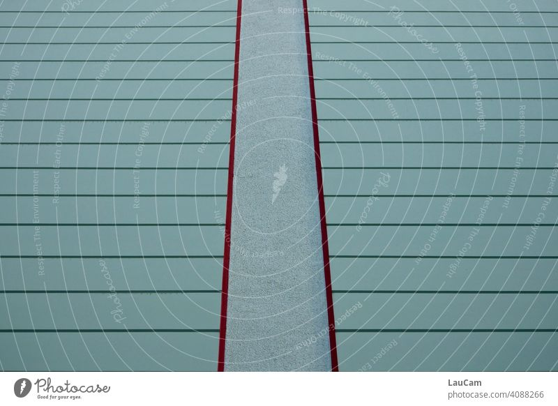Türkis-rote Hausfassade mit Linien und Streifen aus der Froschperspektive türkis mint mintgrün weinrot hausfassaden Wand Hauswand Strukturen & Formen abstrakt
