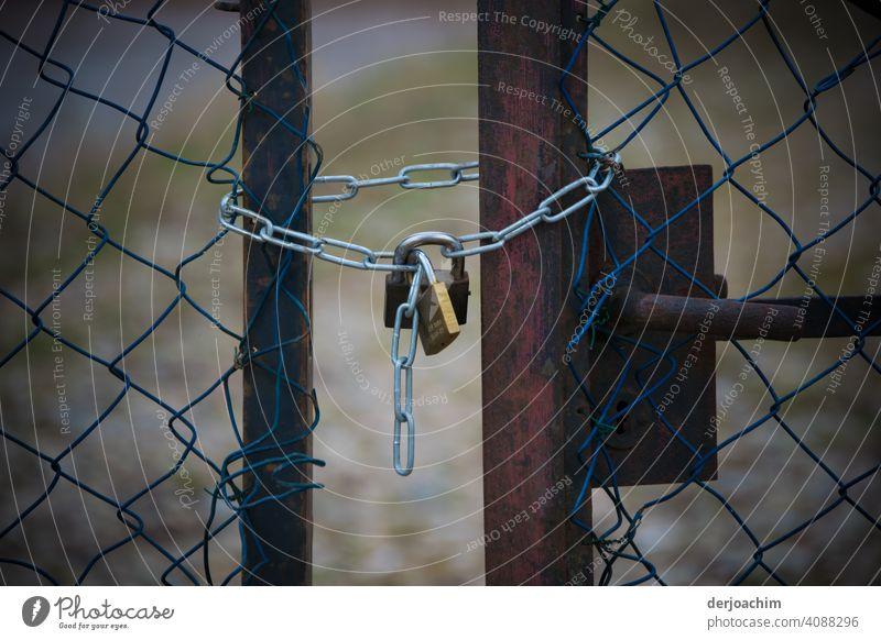 Kein Durchkommen.  Zwei alte  verrostete Gittertore,  sind von einem Neuen Vorhängeschloß mit Kette  verschlossen, bezw. gesichert. sicherheit Außenaufnahme