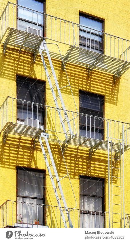 Altes gelbes Gebäude mit eiserner Feuerleiter, New York City, USA. Großstadt New York State Manhattan alt Feuertreppe Architektur Haus Fassade Treppe nyc