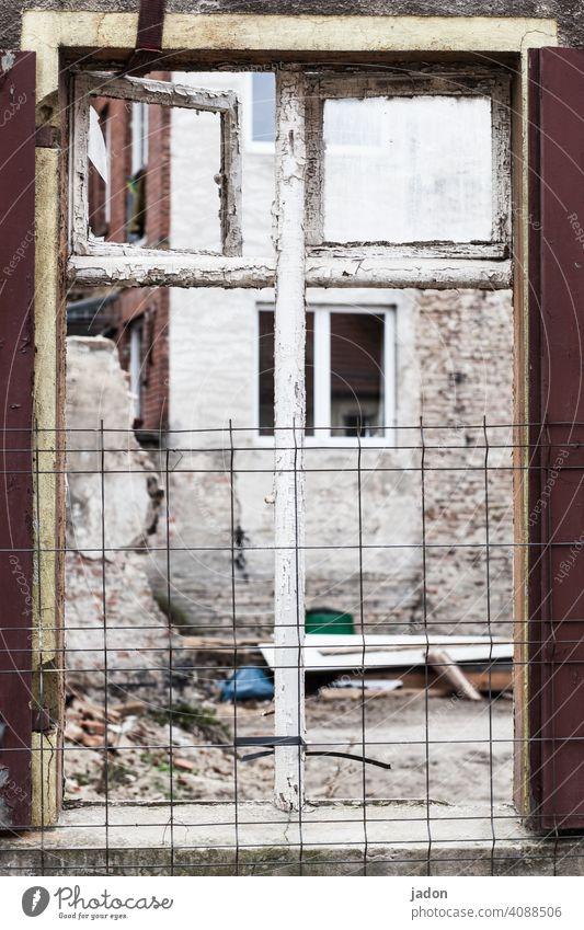 windows. Fenster Haus Fassade Gebäude Wand verfallenes Haus Ruine Baustelle alt Verfall kaputt Renovieren Menschenleer Zerstörung Mauer Vergänglichkeit