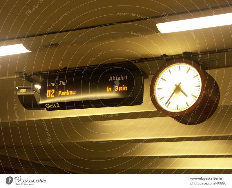 in 3 min warten Zeit Uhr analog U-Bahn Bahnhof Anzeige Digitalfotografie