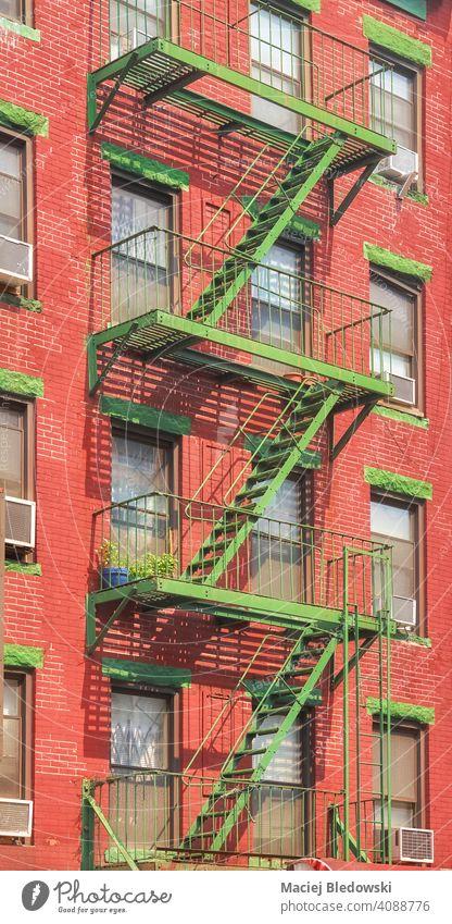 Altes rotes Backsteingebäude mit grüner Eisenfeuerleiter, New York City, USA. Großstadt Gebäude New York State Manhattan alt Feuertreppe Architektur Treppe Haus