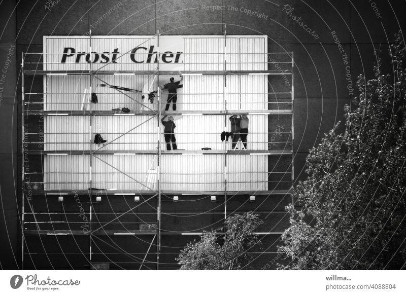 Prost, Cher | Vornamen Plakat Gerüst Plakatkleber Hauswand Plakatwand plakatieren Werbung Menschen Männer