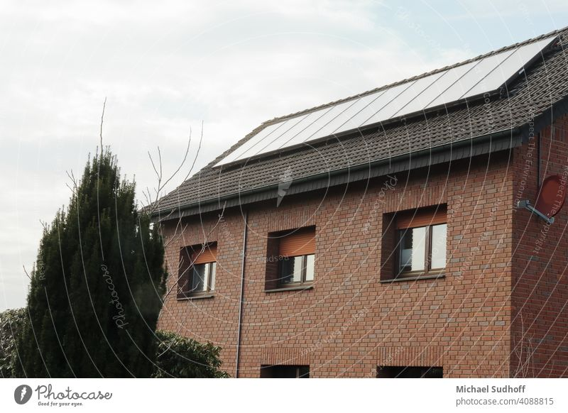 Eine Solaranlage auf einem 2,5 stöckigem Haus (6 Familienhaus) die zur Warmwassergewinnung genutzt wird. Altenative Energie Thermisch Regenerativ