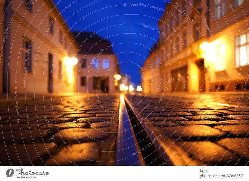 Blaue Stunde in Brandenburg Wege & Pfade Straße Nacht Menschenleer Langzeitbelichtung Licht Verkehrswege Stadt Straßenbeleuchtung Schiene strassenbahnschienen