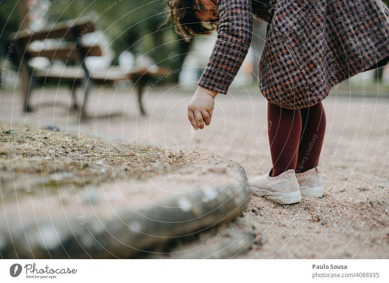 Close up Kind spielt mit Sand Mittelteil Nahaufnahme Mädchen 1-3 Jahre Hand Spielen Kaukasier Park authentisch Lifestyle Freizeit & Hobby Farbfoto Kindheit