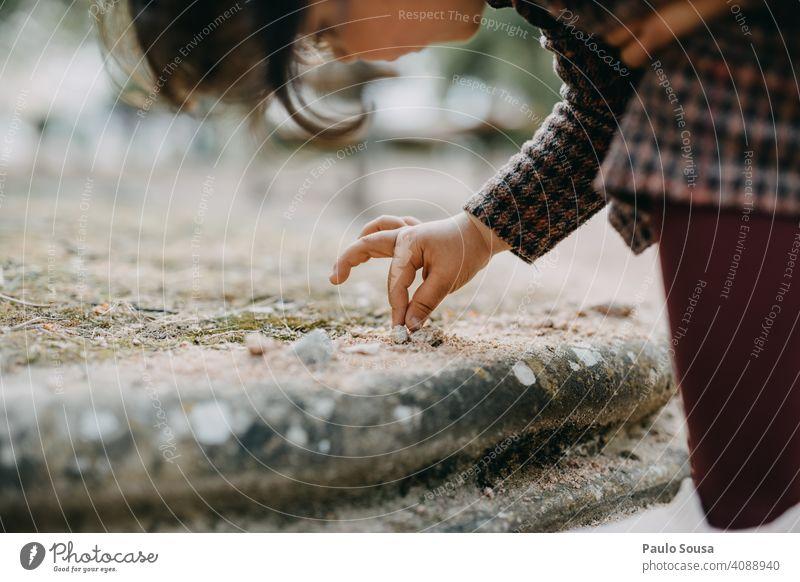Close up Mädchen spielen mit Sand Kind 1-3 Jahre Kaukasier Nahaufnahme Hand Spielen Park Kindheit Farbfoto Kleinkind Außenaufnahme Freude Freizeit & Hobby Tag