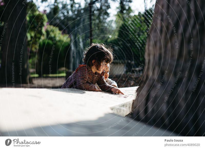 Bruder und Schwester spielen im Freien Geschwister Kaukasier 1-3 Jahre Junge Mädchen Familie & Verwandtschaft Neugier authentisch Zusammensein