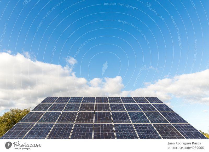 Photovoltaik-Solarstrom-Panel auf Himmel Hintergrund Sonnenkollektor Umwelt Energie solar Klima regenerativ nachhaltig Ökostrom Kraft Sauberkeit Zukunft