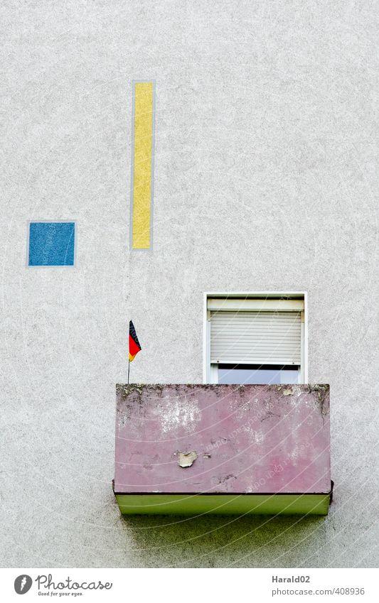 Fähnchenhalterbalkon Fassade Balkon Beton Fahne klein Einsamkeit Deutschland Hochformat Sanieren deutsch deutsche verfallen Nationalitäten u. Ethnien