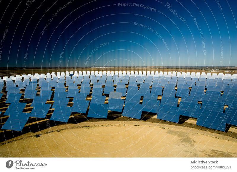 Sonnenkollektor, der Sonnenstrahlen reflektiert solar Paneele Kraft Station reflektierend Strahlen glänzend Photovoltaik Himmel wolkenlos sonnig Zellen tagsüber