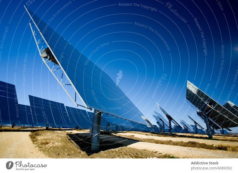 Sonnenkollektoren gegen blauen Himmel solar Paneele Kraft Station reflektierend Photovoltaik wolkenlos sonnig Feld Zellen tagsüber Energie Elektrizität